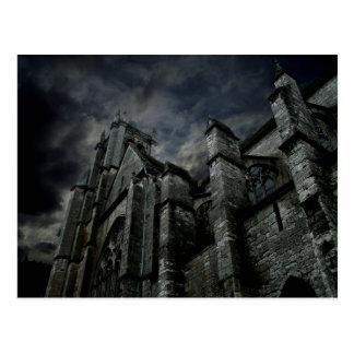 Gotisk domkyrka med en dyster mörk himmel vykort