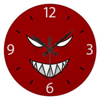 Gotiskt grina ansikte med onda ögon stor klocka