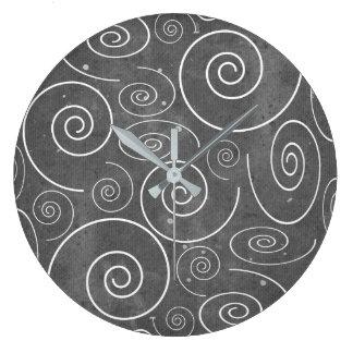 Gotiskt svartvitt virvlar runt spiraler tar tid på stor klocka