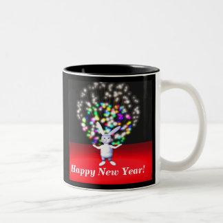 Gott nytt årkanin och fyrverkerier Två-Tonad mugg