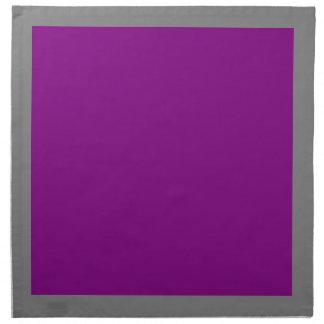 Gråa och purpurfärgade servetter