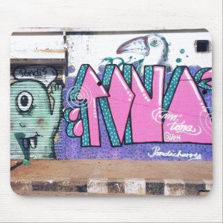 Grafittiväggkonst i gator av Pondicherry Indien Musmatta