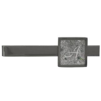Granitstengrå färg med initialt slipsnål med metallgråfinish