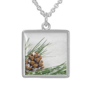 Grankotten med snöflingor kvadrerar sterling silver halsband