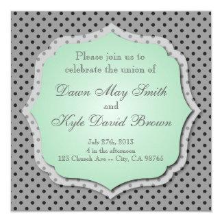 Grått och prickig bröllopinbjudan för mint fyrkantigt 13,3 cm inbjudningskort