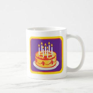 Grattis på födelsedagen! Gul födelsedagtårta för Kaffemugg