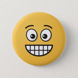 Grina ansikte med öppna ögon standard knapp rund 5.7 cm