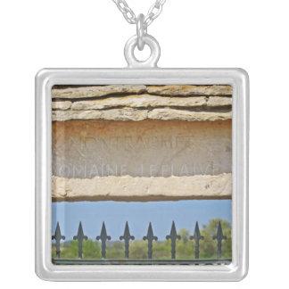 Grind och nyckelsten som snidas med Montrachet, Silverpläterat Halsband