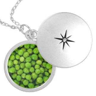 Grön ärtabakgrund silverpläterat halsband