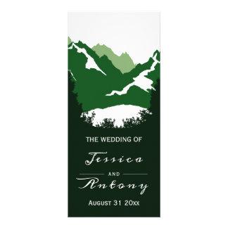 Grön berg- och barrträdträdbröllopsprogram reklamkort