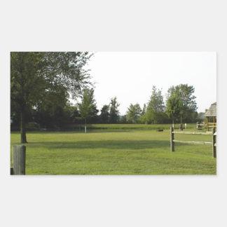 Grön gräsmatta med det Wood staket och träd Rektangulärt Klistermärke