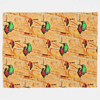 Grön hummingbird för guld, tegelstenbakgrund fleecefilt