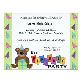 Grön inbjudan för party för födelsedaggåvabjörn