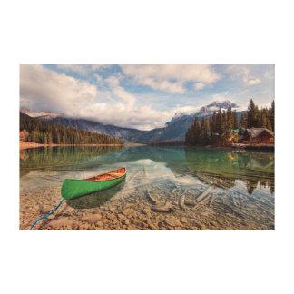 Grön kanot på smaragd sjön canvastryck