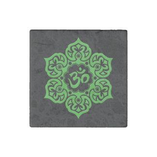 Grön lotusblommablomma Om på svart Stenmagnet