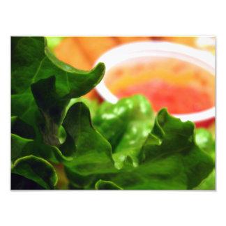 Grön lövgrönsallat med det orange såsmatfotoet fotografier