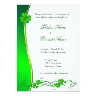 Grön lycklig inbjudan för Shamrockmönsterbröllop