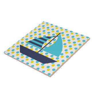 Grön segelbåt för blått kakelplatta
