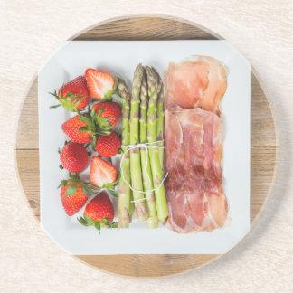 Grön sparris med skinka och jordgubbar underlägg