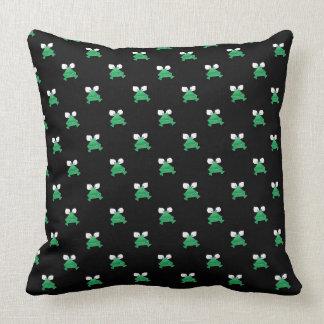 Gröna grodor på den svart dekorativ kudde