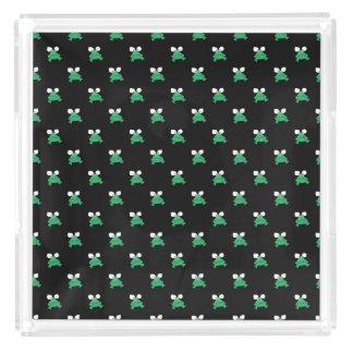 Gröna grodor på det svart parfymmagasinet bricka