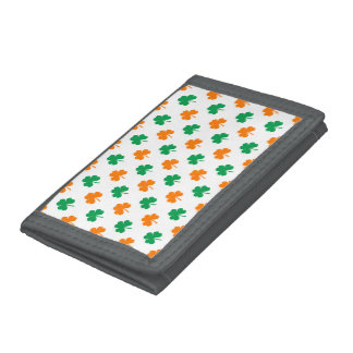 Gröna hjärtformade Shamrocks för orange på vit