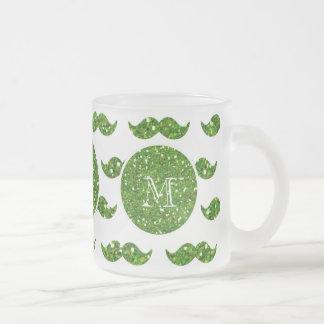 Grönt glittermustaschmönster din Monogram Frostad Glas Mugg
