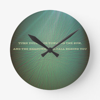 Grönt med ljust strålar solcitationstecken rund klocka