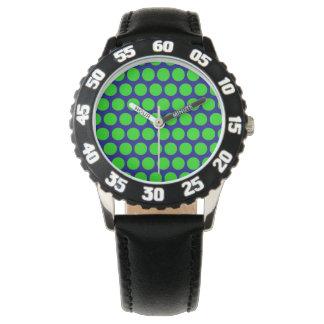 Grönt pricker den svart skyddsramen för blått armbandsur