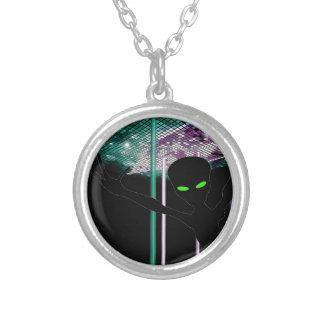 Grönt synad främling på utrymmedansgolv silverpläterat halsband