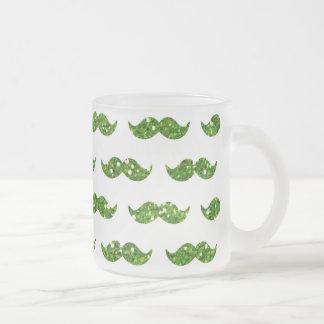 Grönt utskrivavet glittermustaschmönster frostad glas mugg
