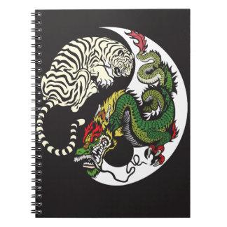 grönt yang för drake- och vittigeryin symbol anteckningsbok med spiral