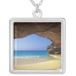 Grotta på den franska fjärden, San Salvadorö, Silverpläterat Halsband