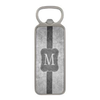 Grungy gråttpersonligmonogram flasköppnare med magnet