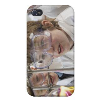 Grupp av det hållande ögonen på experiment för bar iPhone 4 fodral