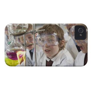 Grupp av det hållande ögonen på experiment för iPhone 4 skal