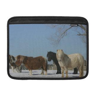 Grupp av miniatyrhästar i snön MacBook sleeve