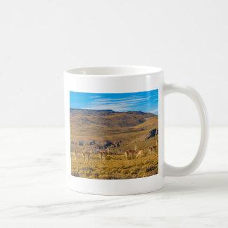 Gruppen av Vicunas på Patagonian landskap Kaffemugg