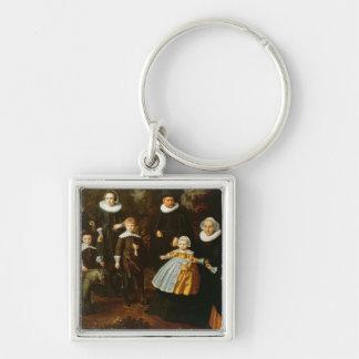 Gruppporträtt av tre generationer av a fyrkantig silverfärgad nyckelring