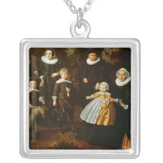 Gruppporträtt av tre generationer av a silverpläterat halsband