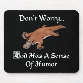 Guden har en avkänning av humorn - rolig näbbdjur musmatta