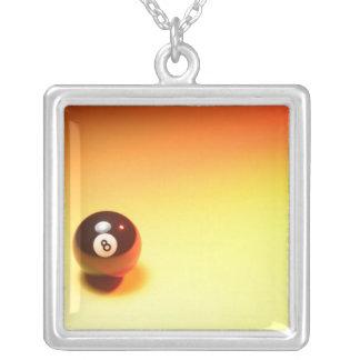 Gul bakgrund för 8 boll silverpläterat halsband