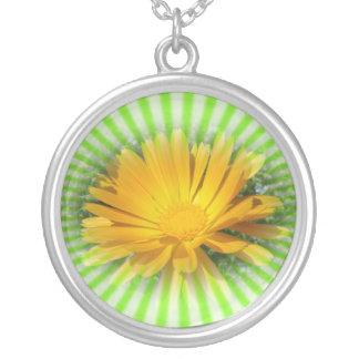 gul blomma, daisy och grön starburst silverpläterat halsband