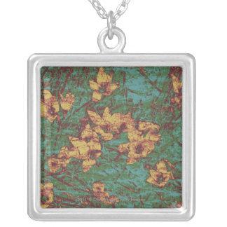 Gul blomma mot lövkamouflagemönster 2 silverpläterat halsband