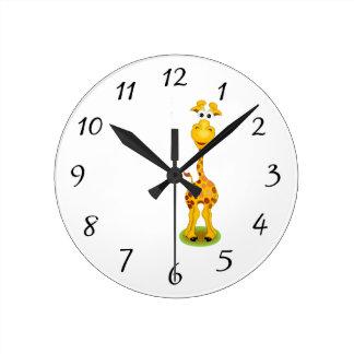 Gul och orange lycklig tecknadgiraff rund klocka
