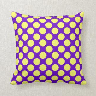Gul polka dots med purpurfärgad bakgrund kudde