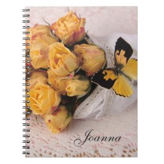 gul ros med fjärilsanteckningsboken anteckningsbok