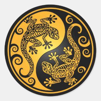 Gula och svart Yin Yang Geckos Runt Klistermärke