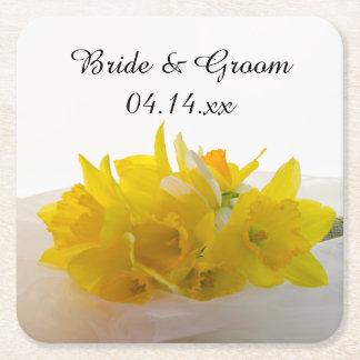 Gula påskliljar på vitvår bröllop underlägg papper kvadrat
