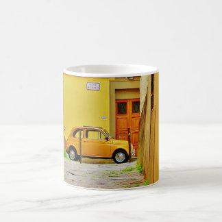 Gula Pistoia Fiat i en åtsittande gränd, mugg